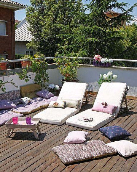 tumbonas y cojines en la terraza