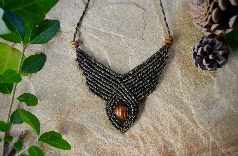 No te pierdas este artículo de mi tienda de #etsy: Geometric wooden necklace #unisexadulto #collar #handmademacrame #cuencasdemadera #disenogeometrico #necklace #macramenecklace