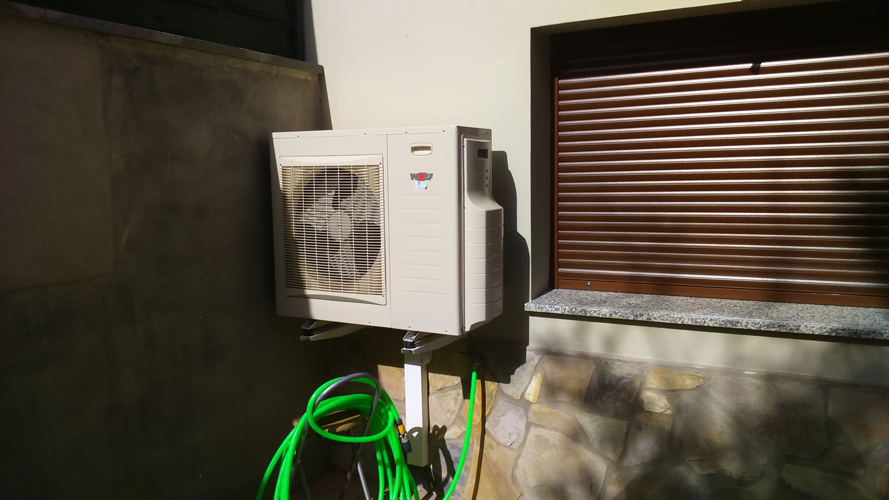 Unidad exterior del sistema bomba de calor para aerotermia de wolf ideal para nuevas viviendas - Sistemas de calefaccion para viviendas unifamiliares ...
