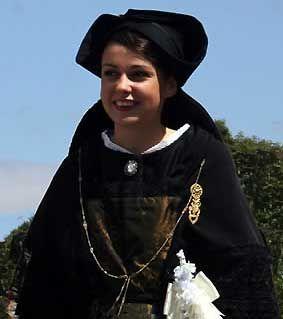 Marie Poulhazan, plogoffiste de 22 ans, portant le sobre costume de l'île de Sein, a été sacrée Reine de Cornouaille 2006   Finistère Bretagne