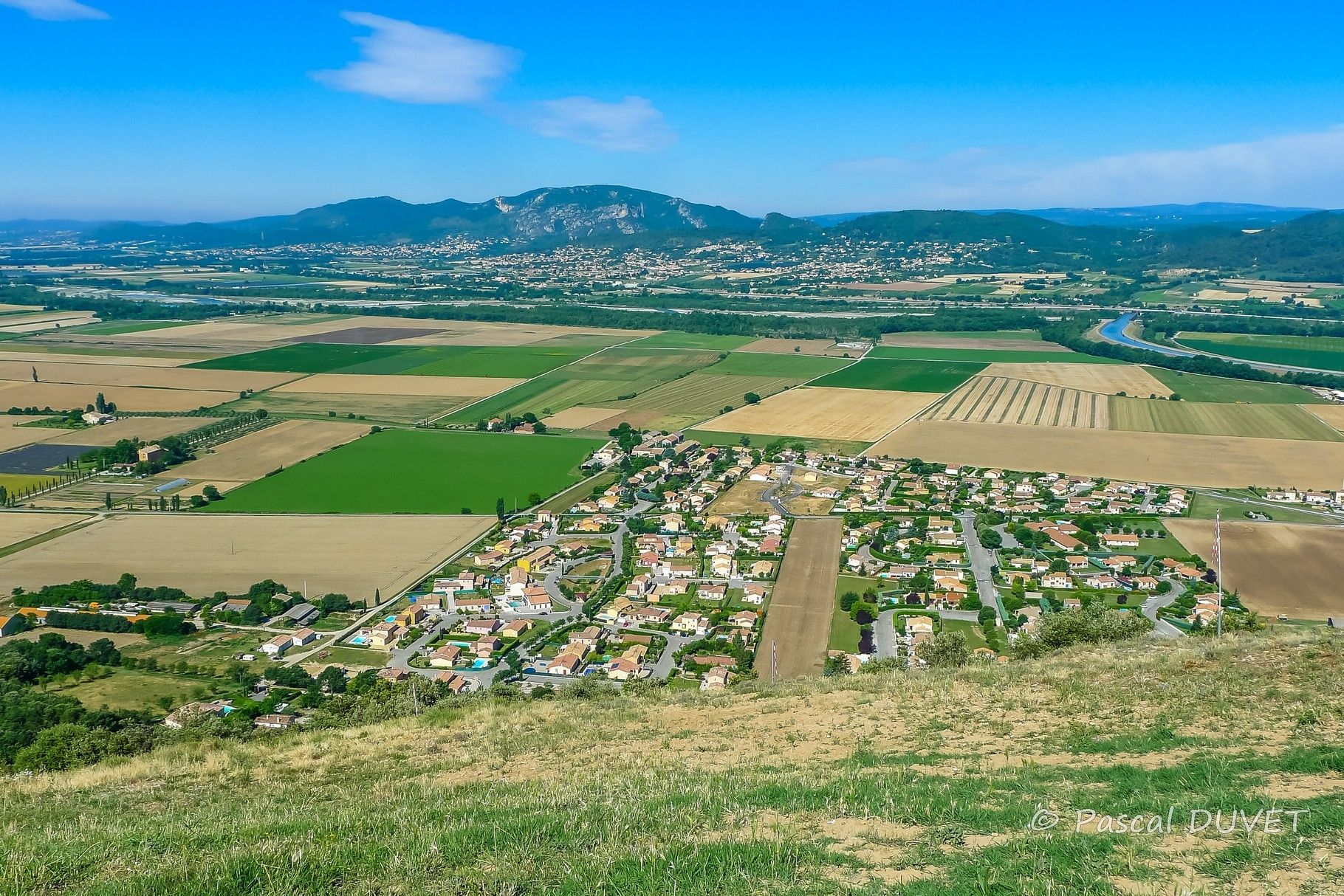 ORAG29 - Vue sur la vallée de la Durance depuis l'aire d'envol pour vol libre - Village d'Oraison - Alpes de Haute Provence 04