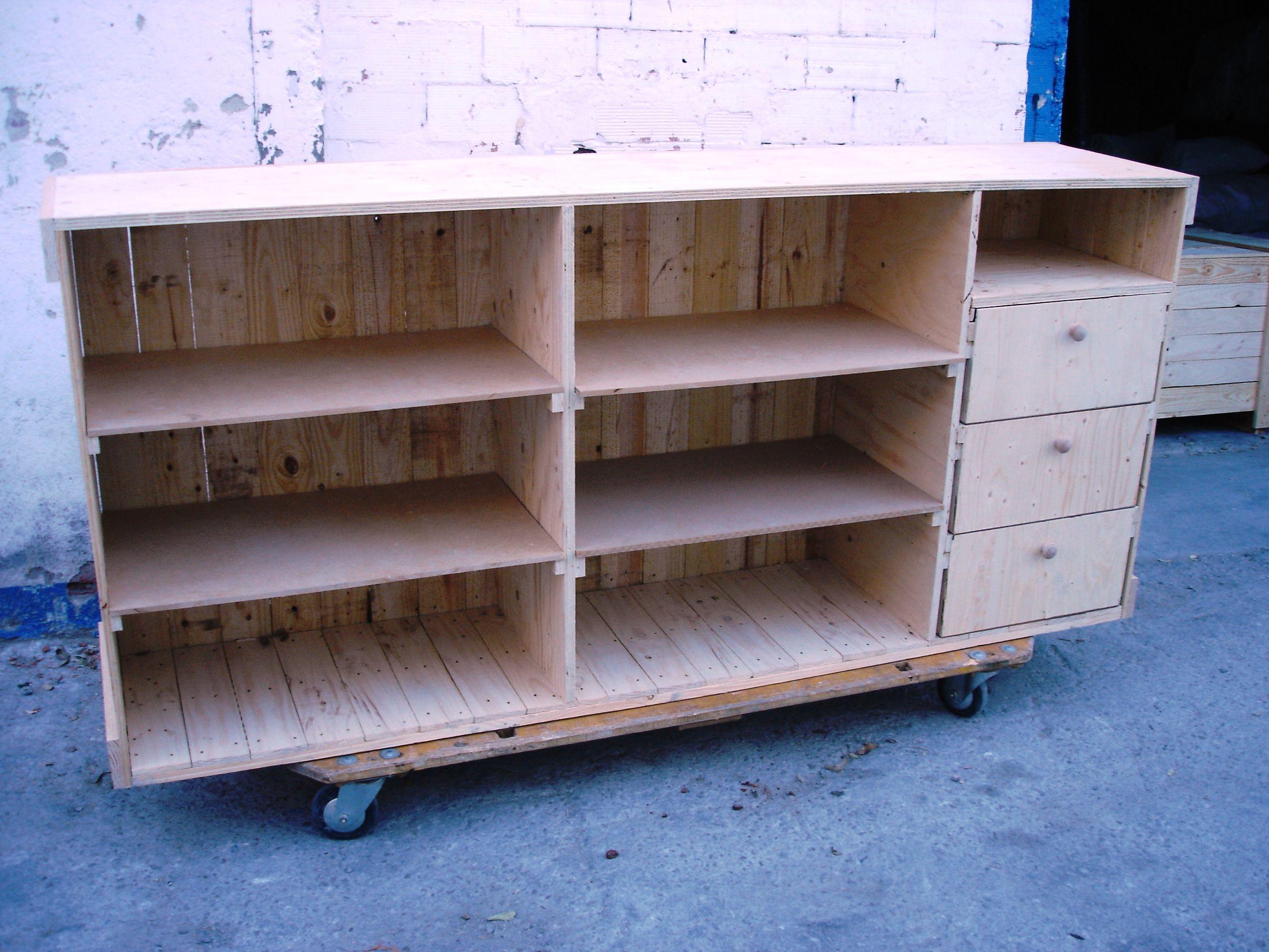 Mostrador hecho con cajas de embalaje | Mostradores y barras para ...