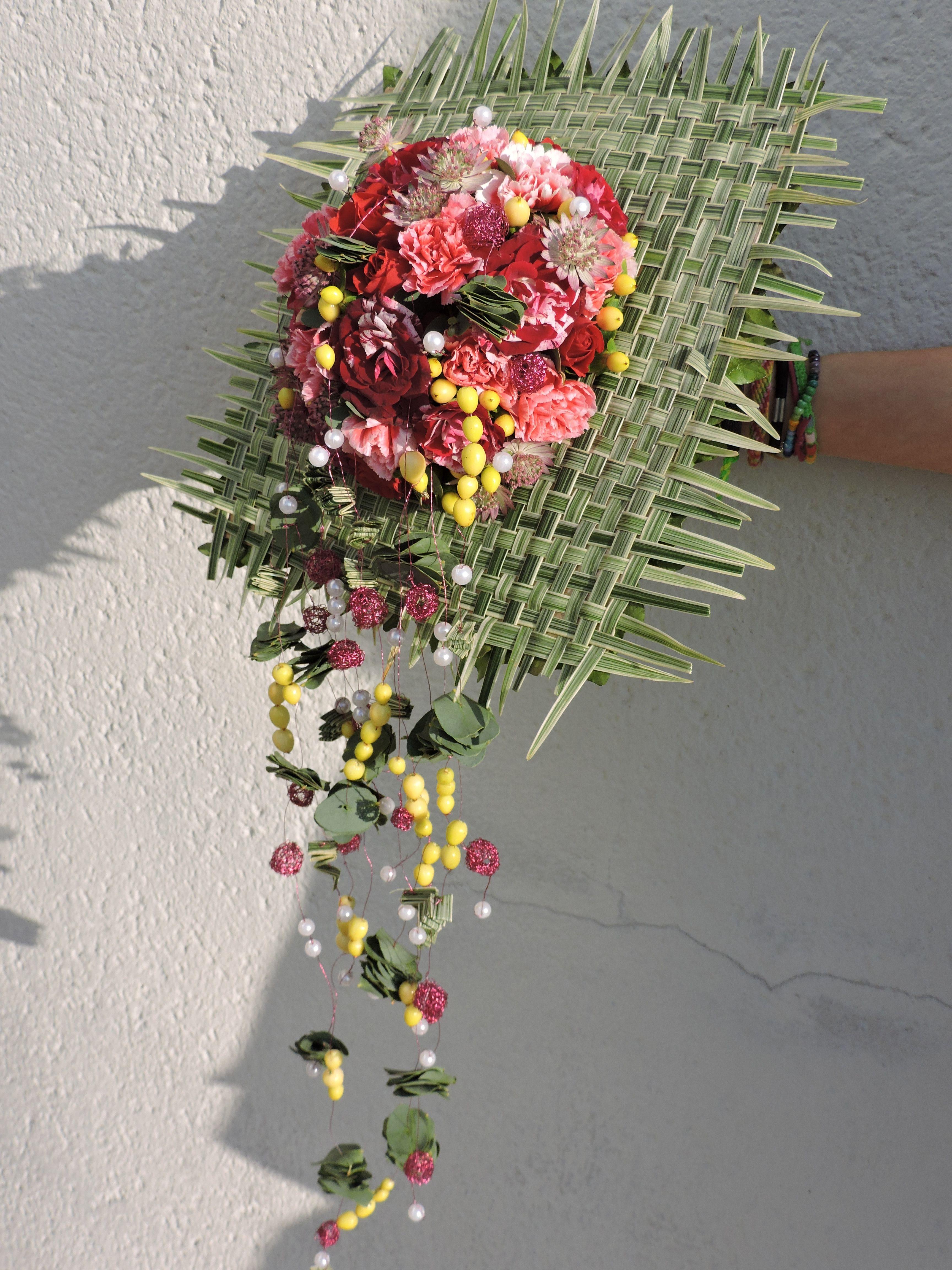 bouquet de mari e sur posy bridy avec technique de collage de feuilles la romaine au dos. Black Bedroom Furniture Sets. Home Design Ideas