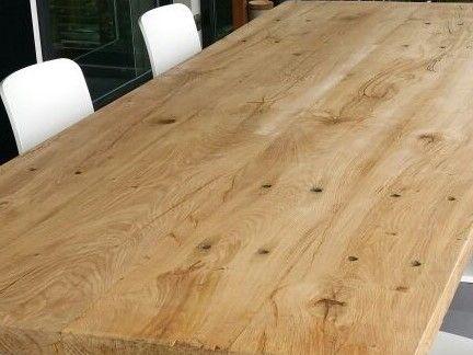 Deze eiken tafel op maat gemaakt van unieke eiken planken geeft