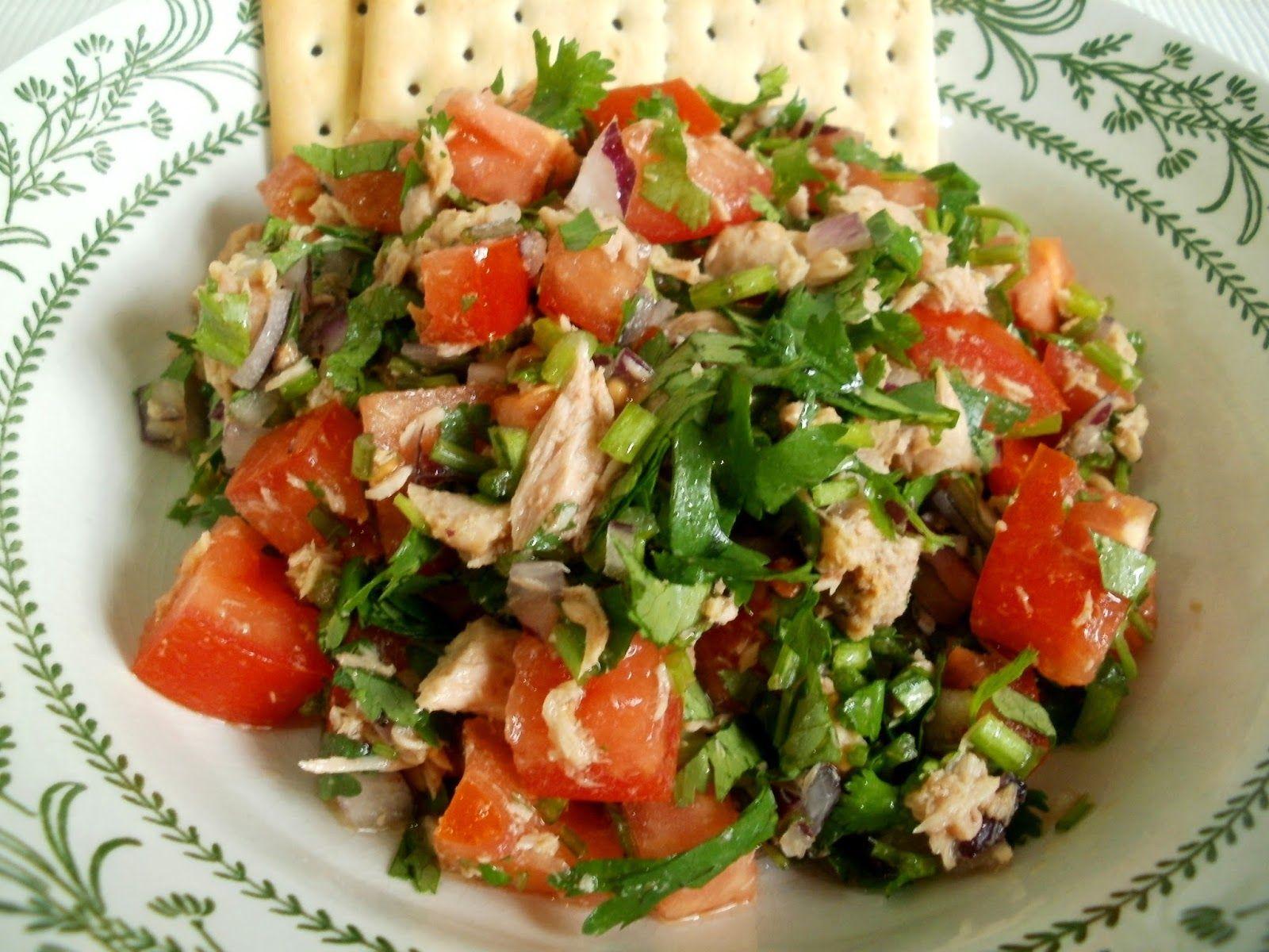 Los Antojos de Clara: Ensalada de Cilantro con Tomate y Atún