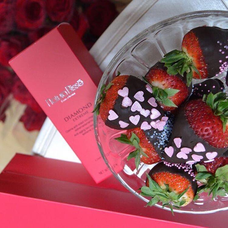 ¿Os apetece una? 😋 En #evapellejero nos estamos poniendo las botas con estas fresas con chocolate que @dolcevitazgz ha preparado especialmente y con mucho amor para celebrar el #beautyloversday 🍓🍓🍓 #naturabisse #beautyloversday2016