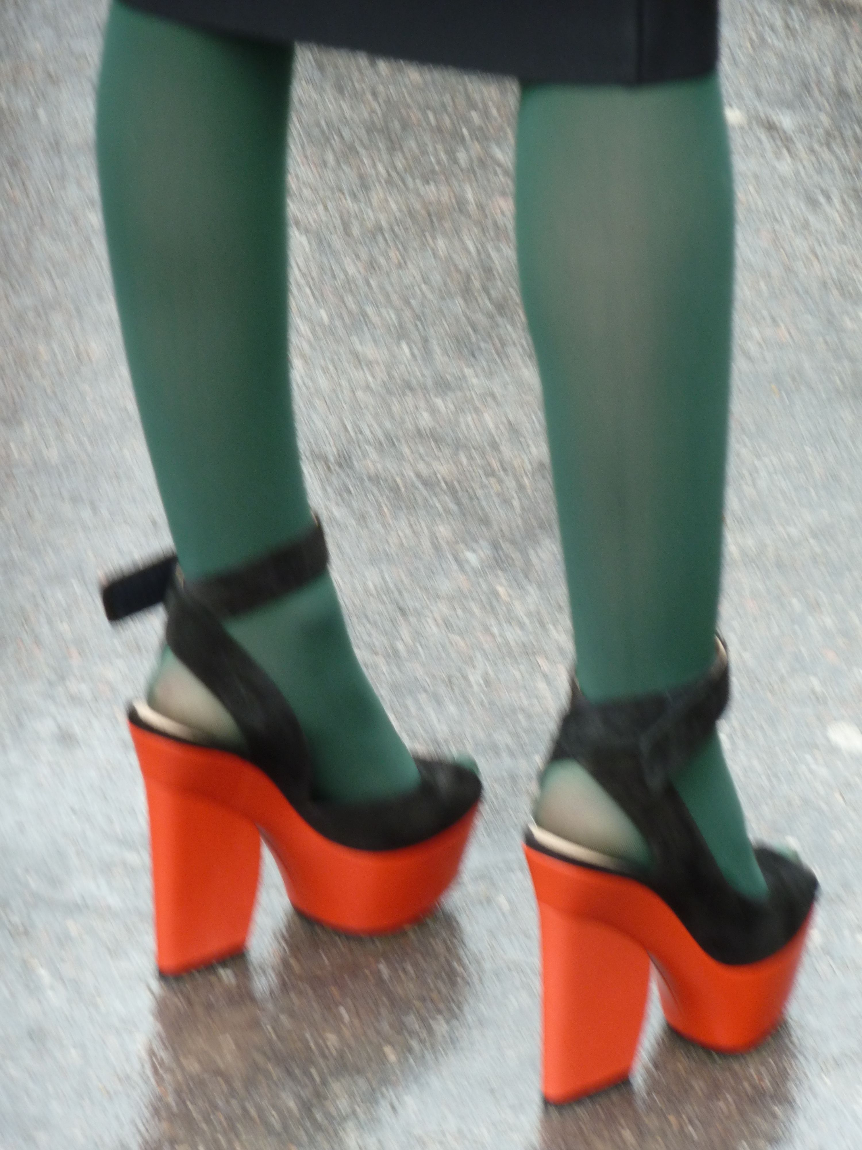 fahsion green tights  black and orange shoes