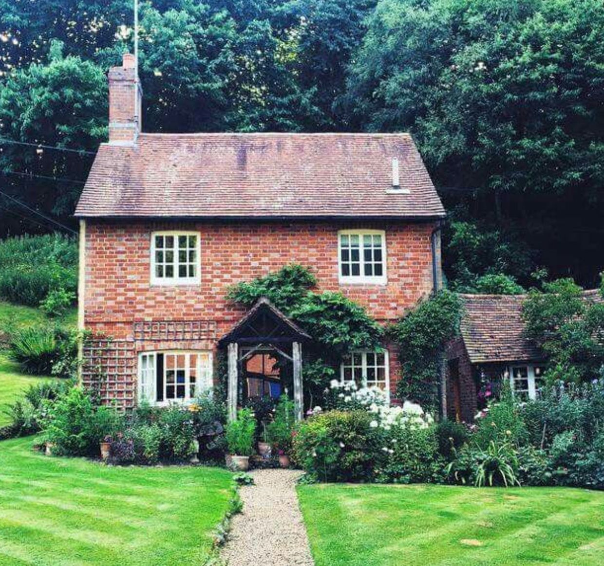 8 Classic English Cottage House Design Ideas Vintagetopia There Are Also Some Things To Con Cottage House Designs Cottage Exterior French Cottage Exterior