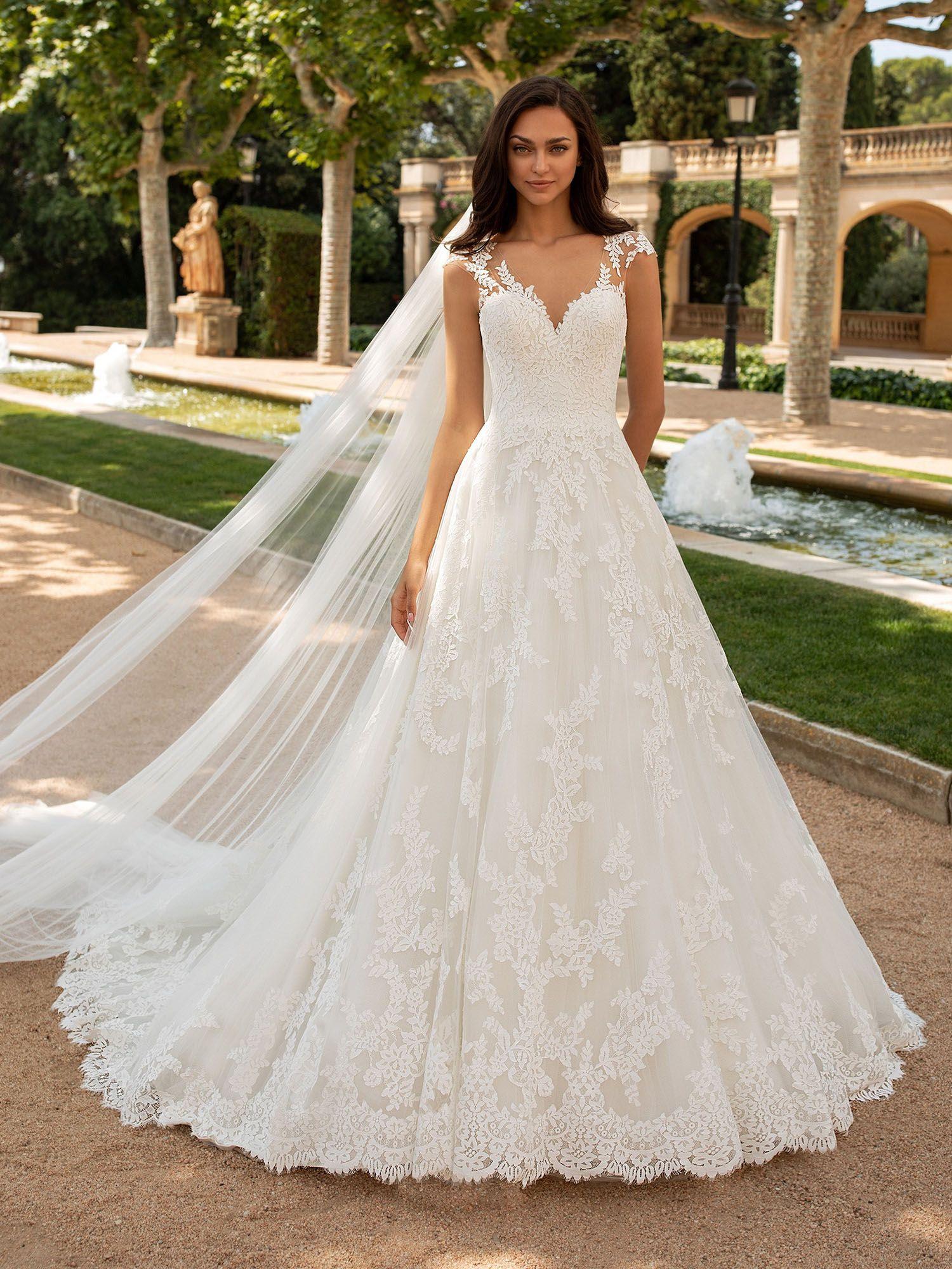 Klassisches Brautkleid In A Linie Mit Kurzen Armeln Mit Zarten Spitzenapplikationen Die Einen Hubschen Tatt Kurzes Hochzeitskleid Brautmode Ballkleid Hochzeit