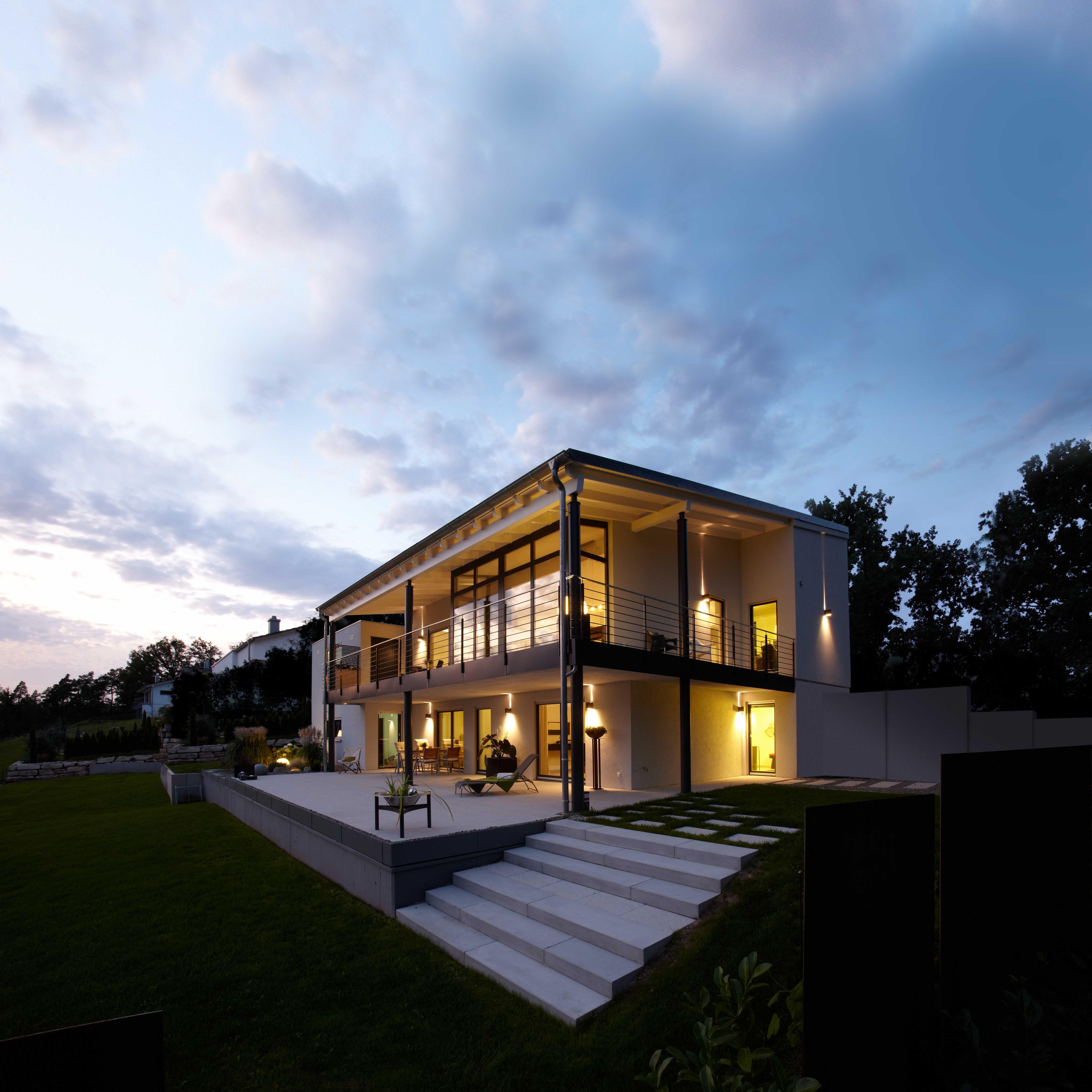r ckansicht des luxus fertighaus bei nacht einfamilienhaus exklusiver ausblick hanghaus in. Black Bedroom Furniture Sets. Home Design Ideas