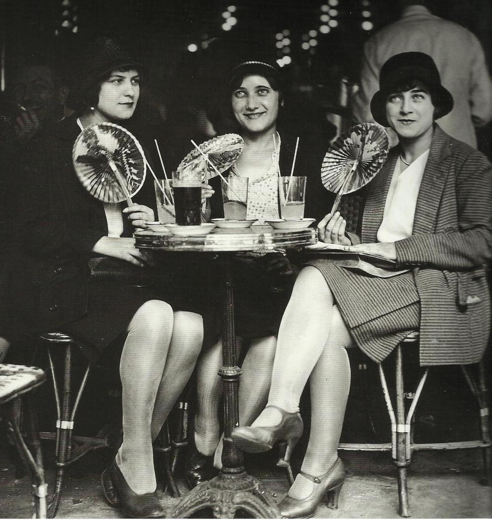 Robe ann es 20 trois jeune femmes la terrasse d 39 un caf parisien 1928 vieilles photos j - Mode annee 20 ...