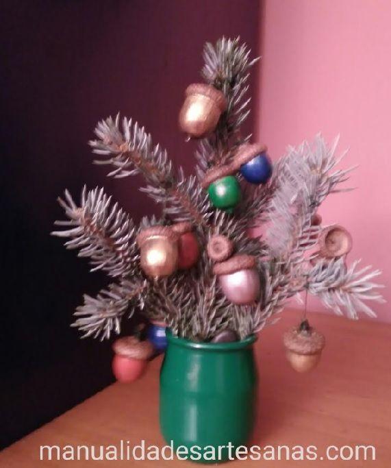 Rbol de navidad de mesa con bolas navide as de bellotas - Bolas arbol navidad manualidades ...