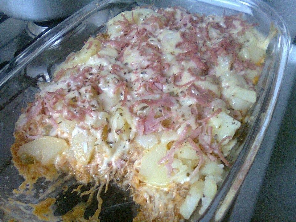 Batata de frango  Ingredientes  500 g de peito de frango cozido e desfiado 800 g de batata cozida em rodelas 1 copo de requeijão 1 molho de tomate azeitona picada a gosto 200 g de mussarela fatiada