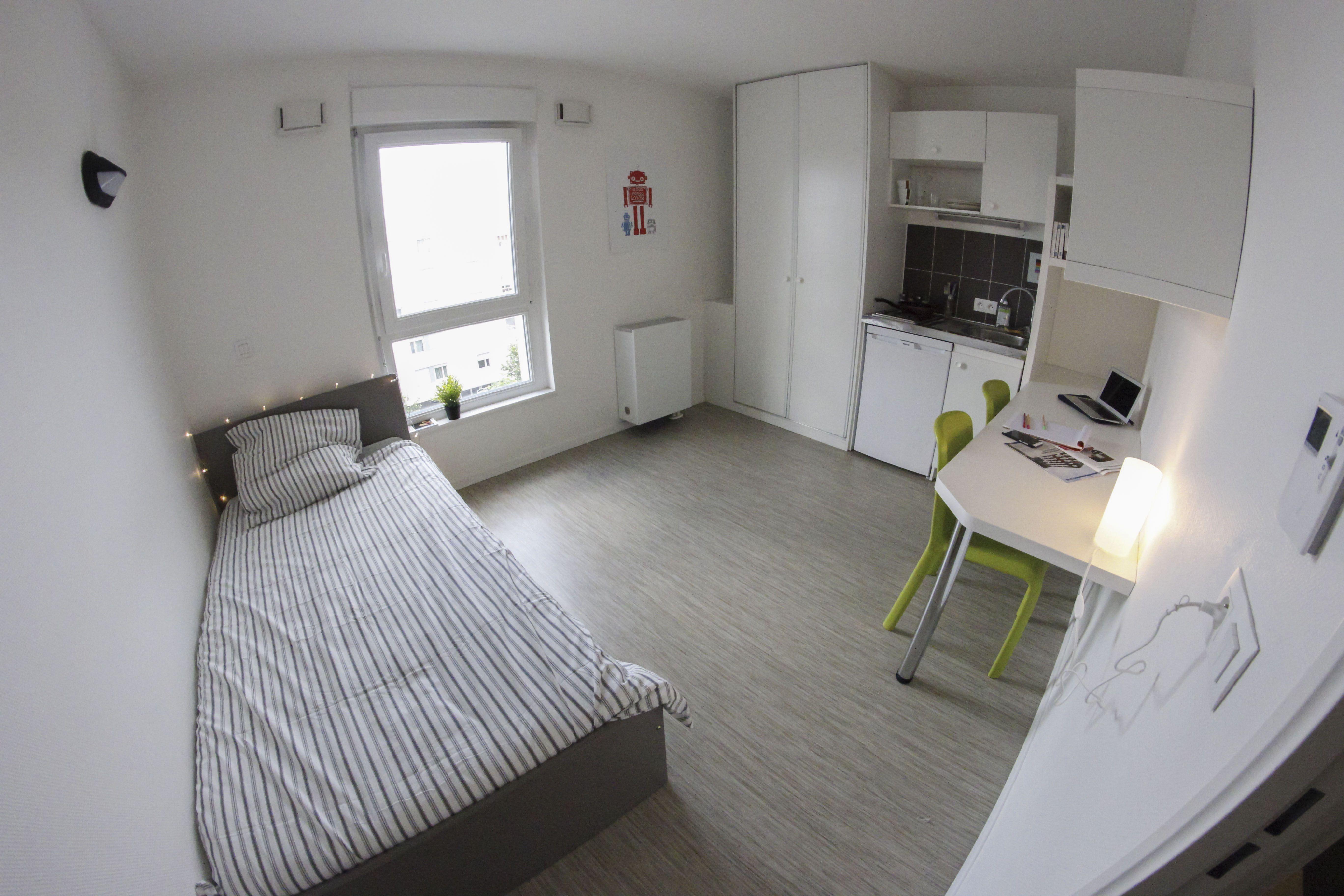 quipement du studio salle de bain une kitchenette quip e d une plaque lectrique un vier. Black Bedroom Furniture Sets. Home Design Ideas