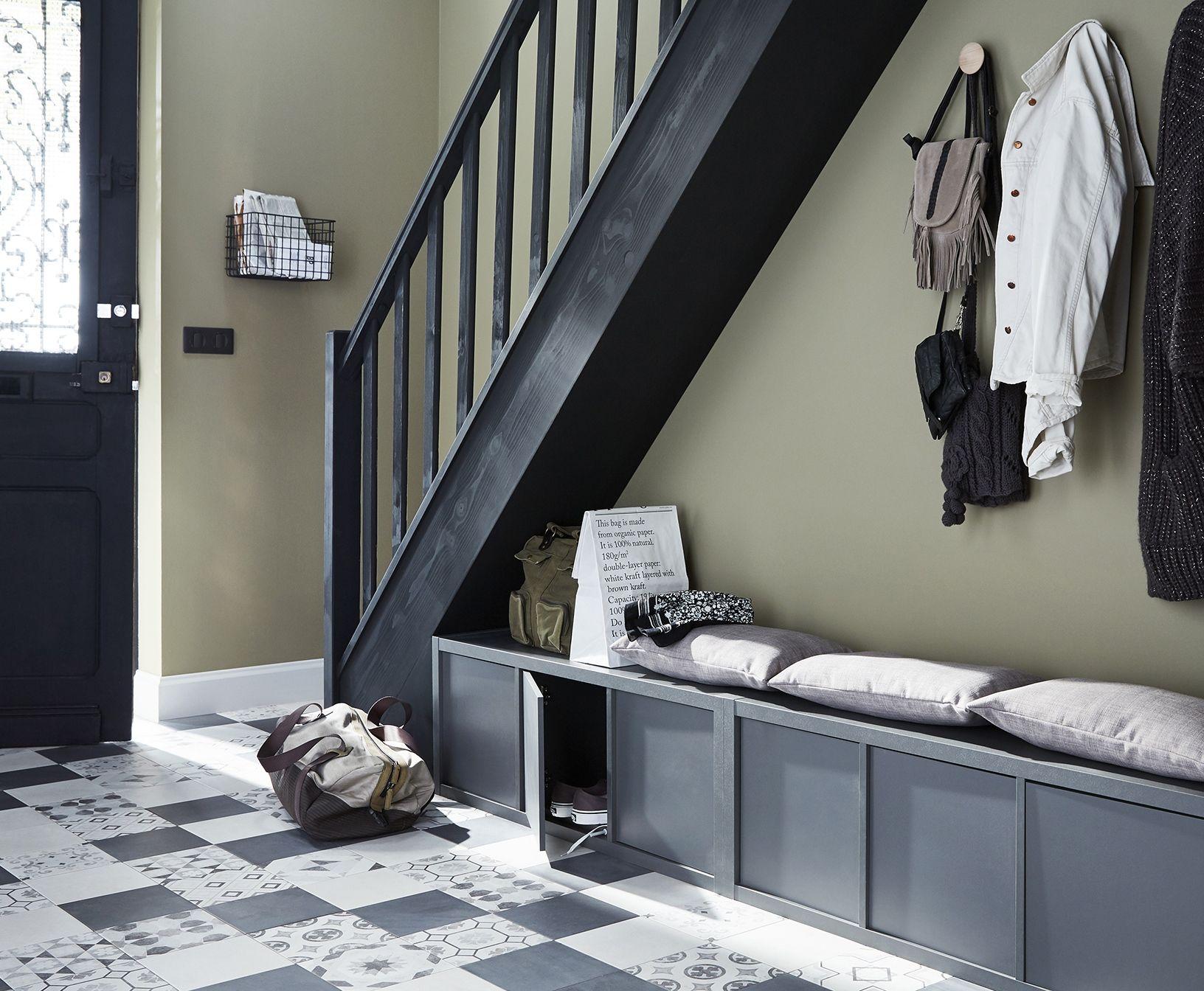 Profitez De L Espace Sous L Escalier Dans L Entree Pour Creer Un Vestiaire Avec Des Rangeme Amenagement Sous Escalier Amenagement Escalier Meuble Sous Escalier