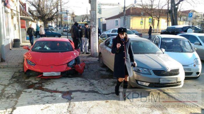 9 февраля в Симферополе на улице Козлова произошло ДТП с участием суперкара Lamborghini Huracan на московских номерах. Виновником аварии стал водитель автомобиля Daewoo Matiz, который выезжал с прилегающей дороги и не уступил путь спортивному авто.