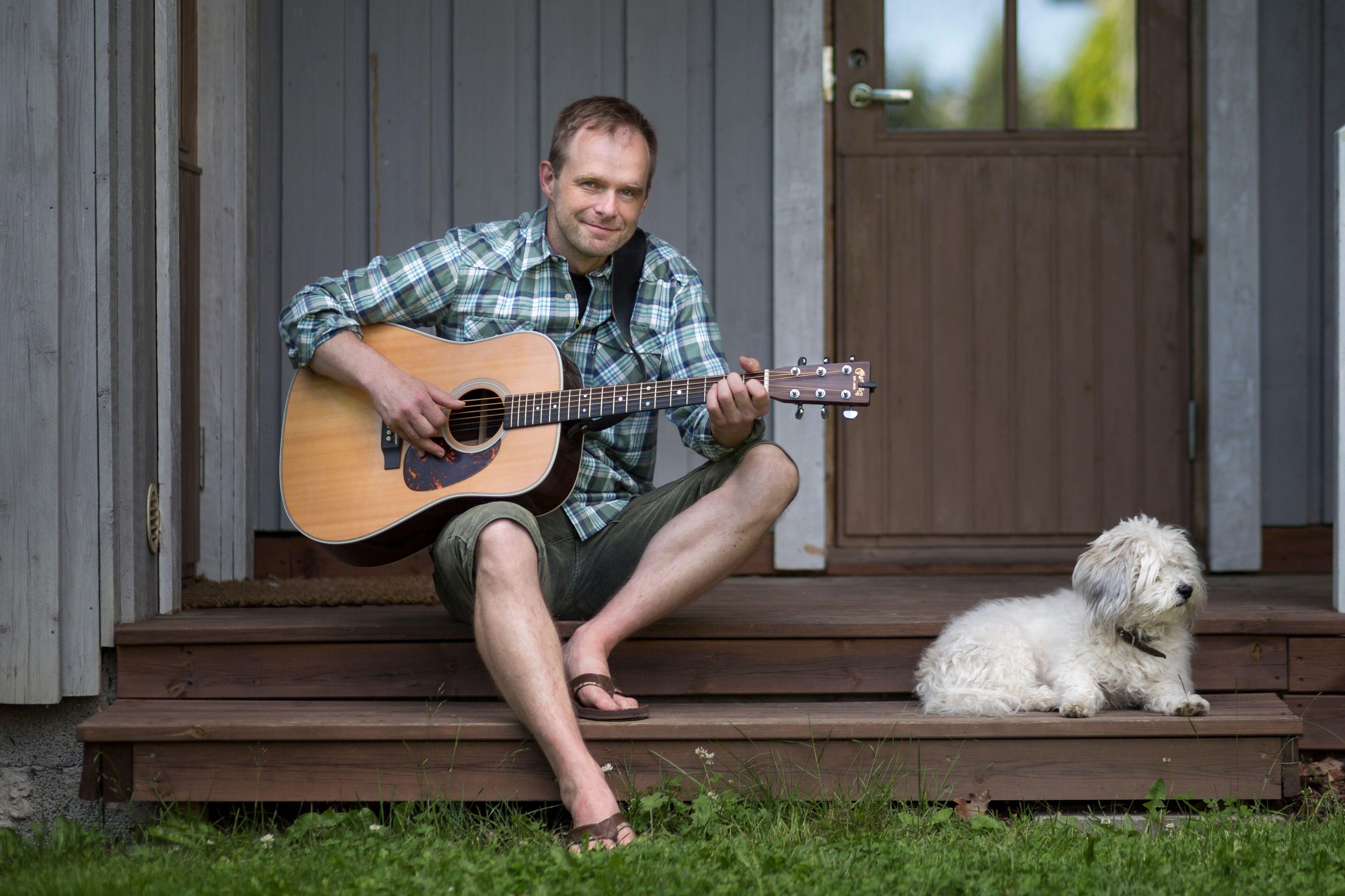 TV:stä tuttu lastenmuusikko Tuomo Rannankari on Tampereen Lastenvaatekarnevaalin live-esiintyjä. Tuomo soittaa Tavattoman hyvätapaisia lauluja ystävyydestä.