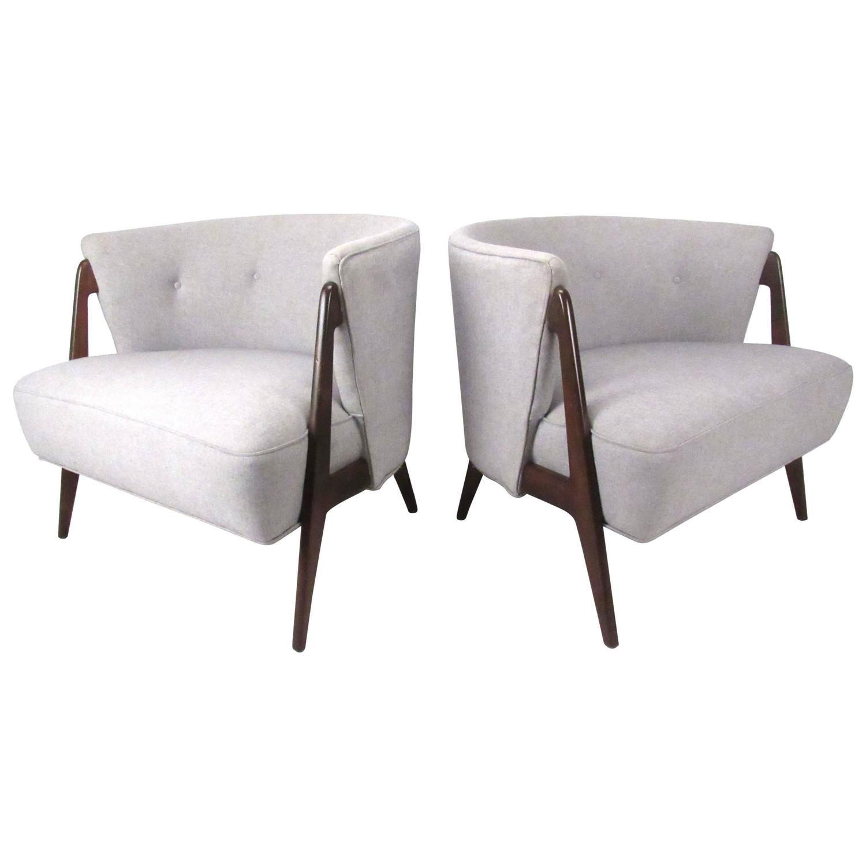 Stylish Pair of Mid-Century Modern Barrel Back Chairs | 1stdibs.com