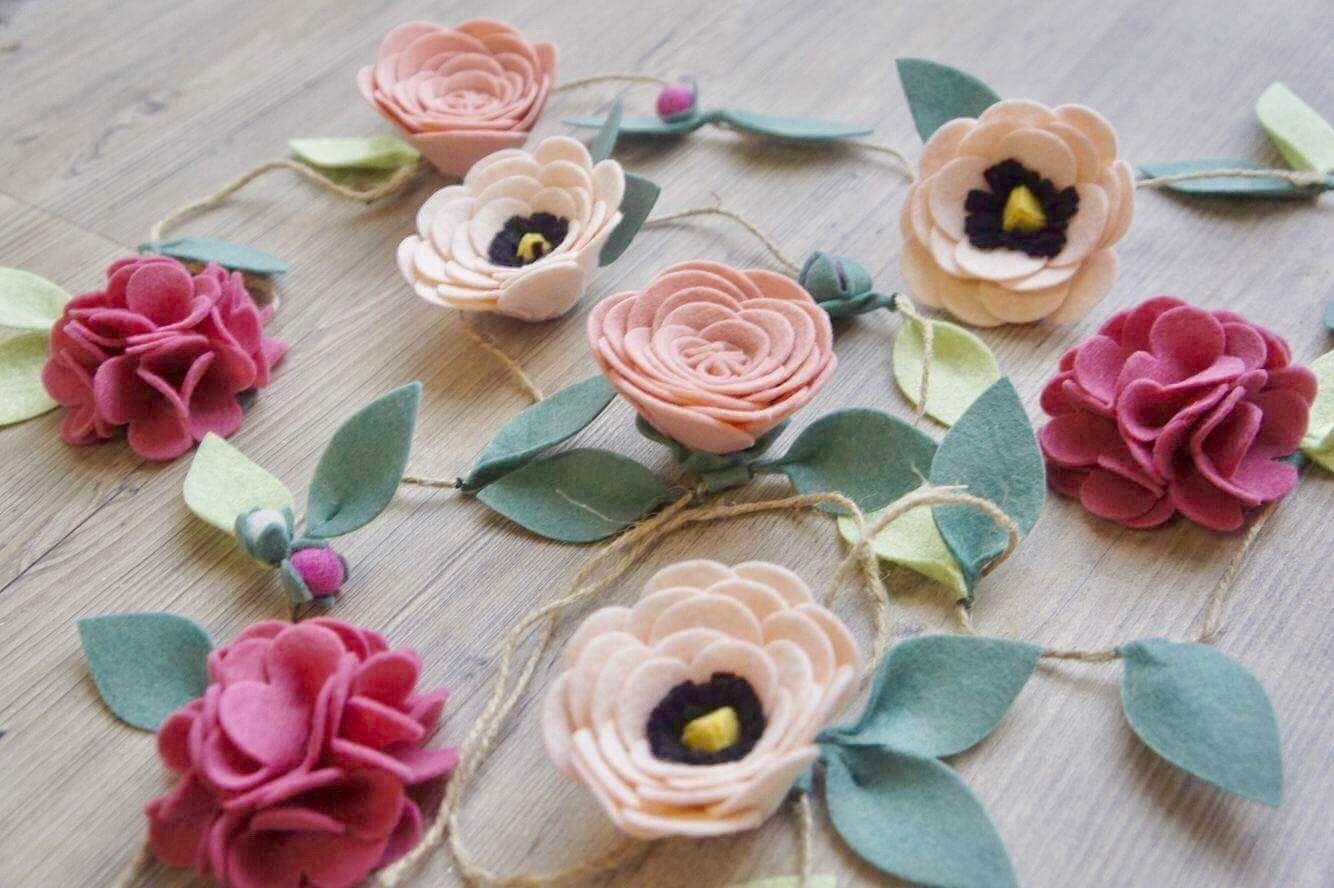 guirlande de fleurs en feutrine id ale pour d corer une. Black Bedroom Furniture Sets. Home Design Ideas
