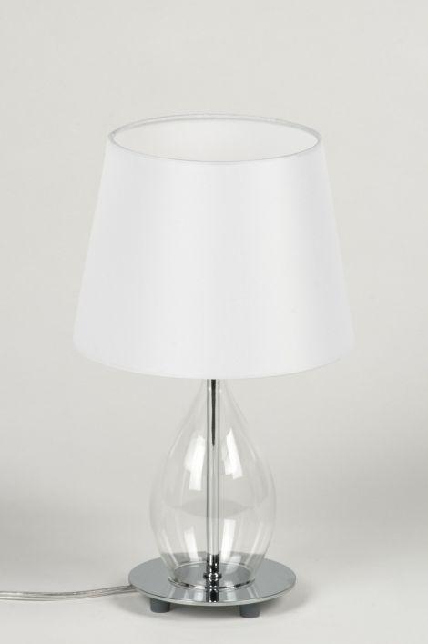 Artikel 10300 Modern en toch sfeervol, elegant en toch eigenzinnig!   Een tafellamp met een geheel eigen vormgeving. Dit armatuur heeft een witte, stoffen kap. De binnenkant van de kap is ook wit zodat het licht optimaal gereflecteerd wordt.  http://www.rietveldlicht.nl/artikel/tafellamp-10300-modern-chroom-glas-helder_glas-stof-wit-rond