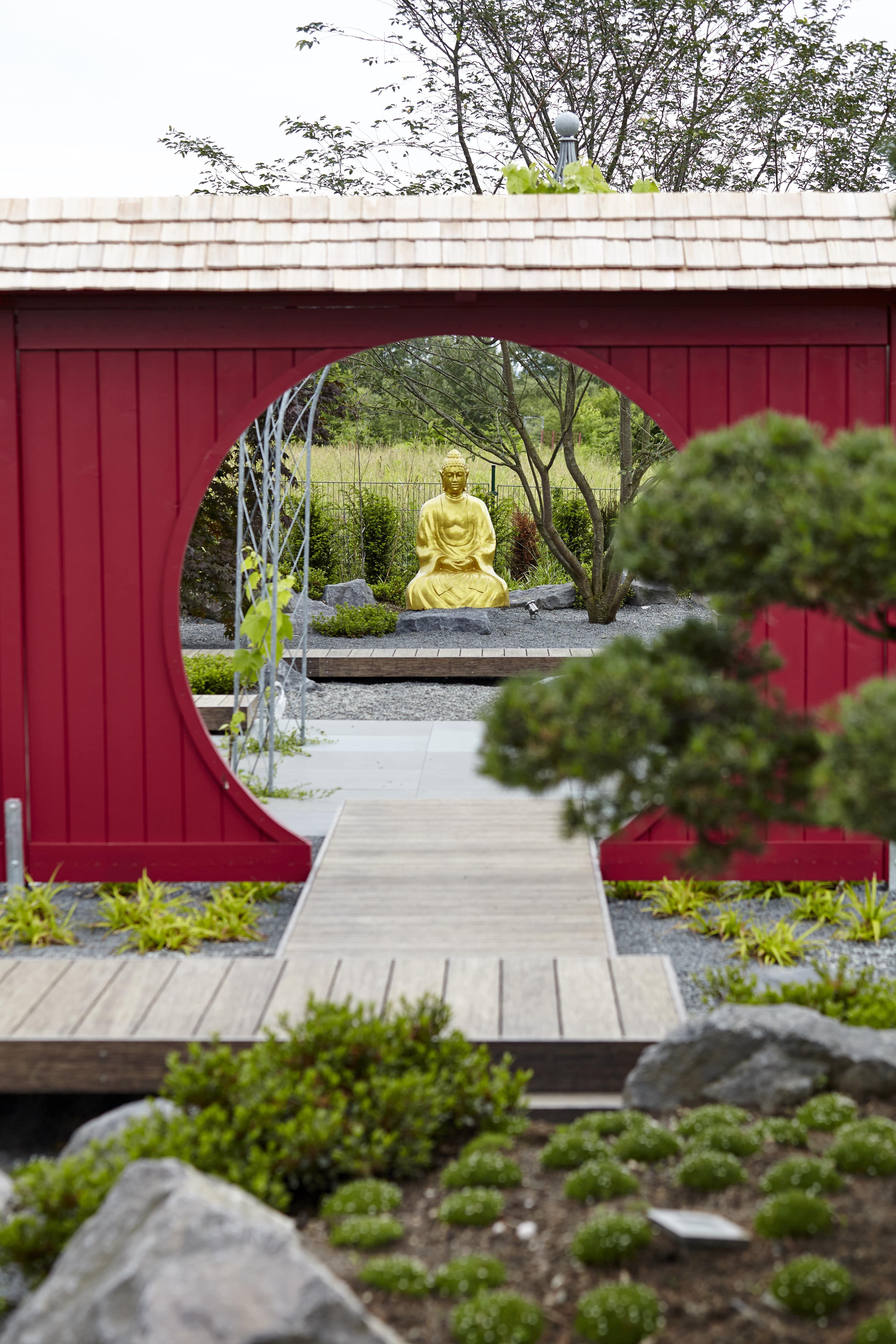 Goldener Buddha In Japanischem Garten Designed By Rheingrun Gartengestaltung Garten Kleiner Japanischer Garten Gartendesign Ideen