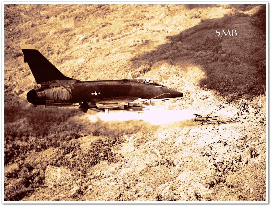 En F-100D Super Sabre avfyrar sina raketer. USA:s flygvapen var en av viktigaste resurserna för amerikanerna under Vietnamkriget. Man för man var det ingen större skillnad mellan amerikanska och nordvietnamesiska soldaters stridsvärde, artilleriet och flygstridskrafterna gav dock USA ett enormt övertag i eldkraft.