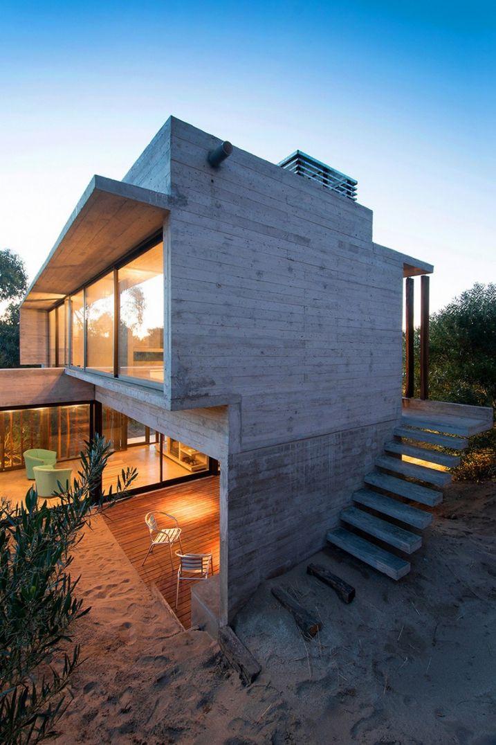 Maison contemporaine en béton et en bois sur la plage Facades