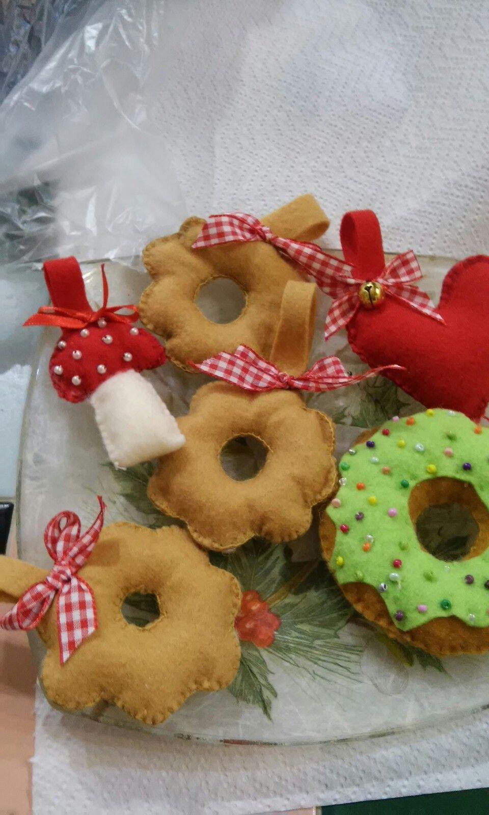 Dolcetti in feltro da appendere all' albero di Natale