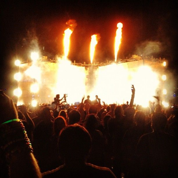 """Fire over @insomniacevents @edc_lasvegas! #edc #edclv #edcvegas #edm #plur #rave #fire #crowd #popular #instagood #insomniac #insomniacevents #iloveinsomniac #dance #dancemusic #festival #carnival #vegas #lasvegas #nightlife - photo by @nightlifepost's @jrat32"""