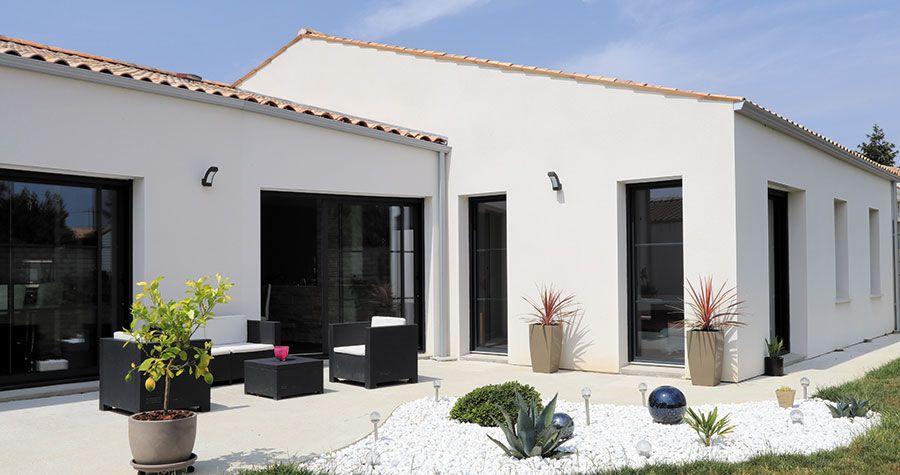 Maison contemporaine et charentaise : maison avec de larges ouvertures et grande terrasse ...