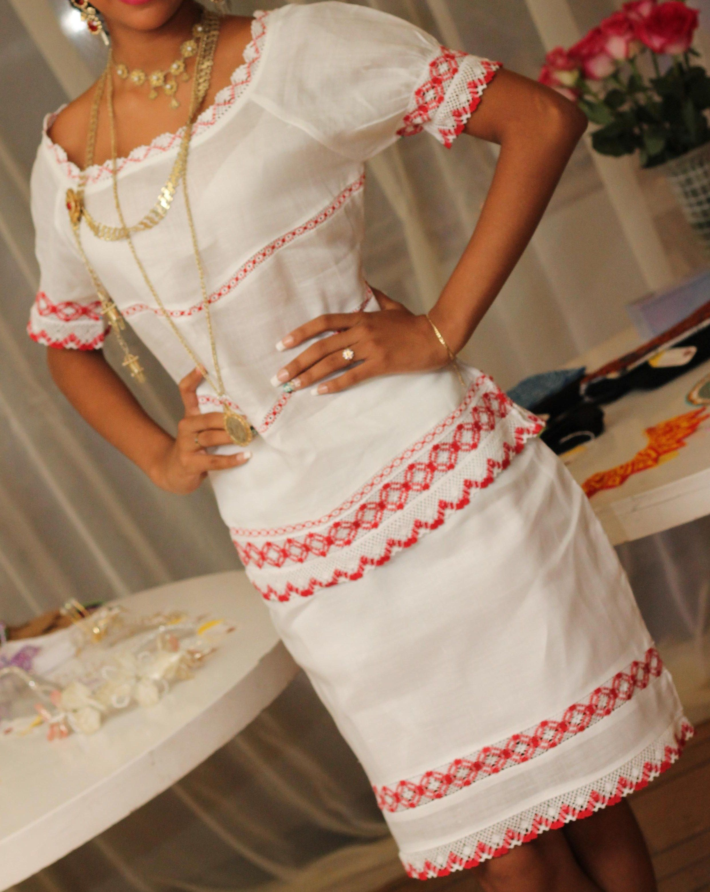 388775a8c2 Vestidos Tejidos · Modelos De Vestido · Conjunto de falda y chaqueta con  mundillos bordados a mano y encajes. Siguenos en facebook