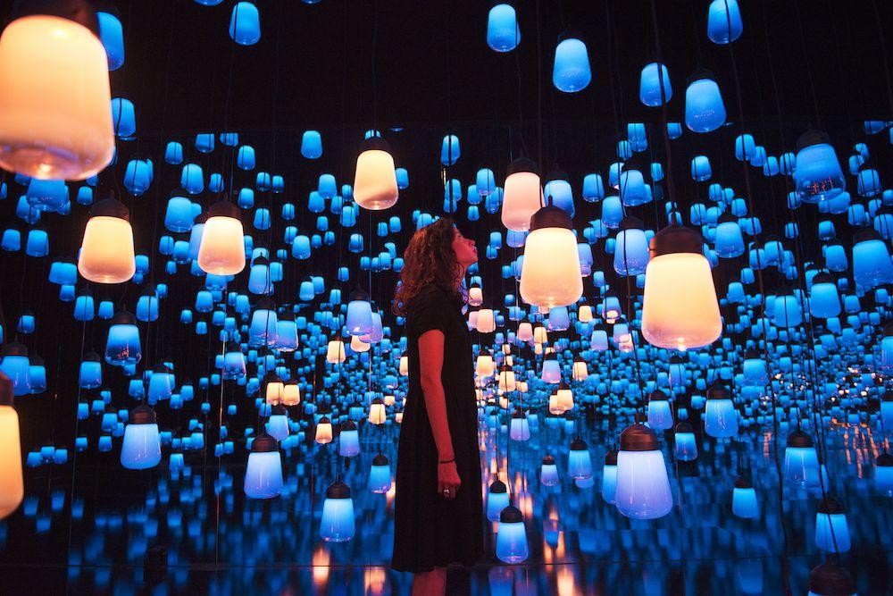 teamLab lässt die Besucher der Maison & Objet durch ein mystisches Lichtermeer spazieren.