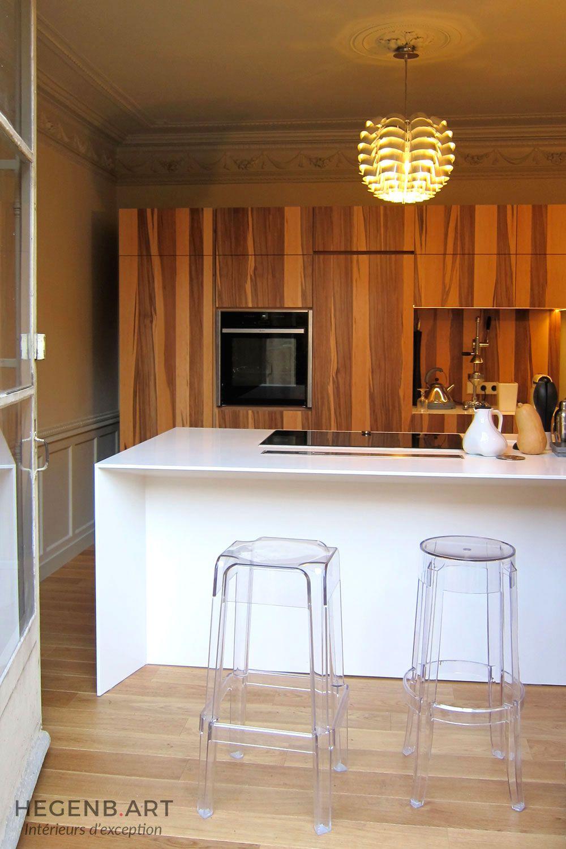 cuisine contemporaine avec ilot central / bar en himacs. cuisine