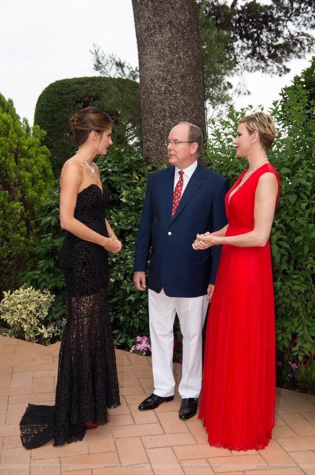 La sua presenza accanto ai Principi di Monte Carlo, è umile, discreta..ma con comportamento regale! Meravigliosa!!!