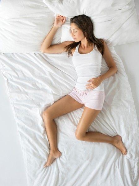 Starkes-Schwitzen-in-der-Nacht Nachtschweiß  Starkes Schwitzen in der Nacht - gefährlich oder harmlos? Hinter regelmäßigen Schweißattacken in der Nacht können ernsthafte Erkrankungen stecken.
