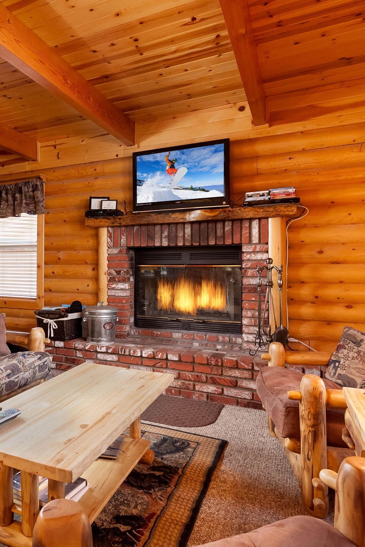 Warm ambiance with creature comforts! Log cabin coziness