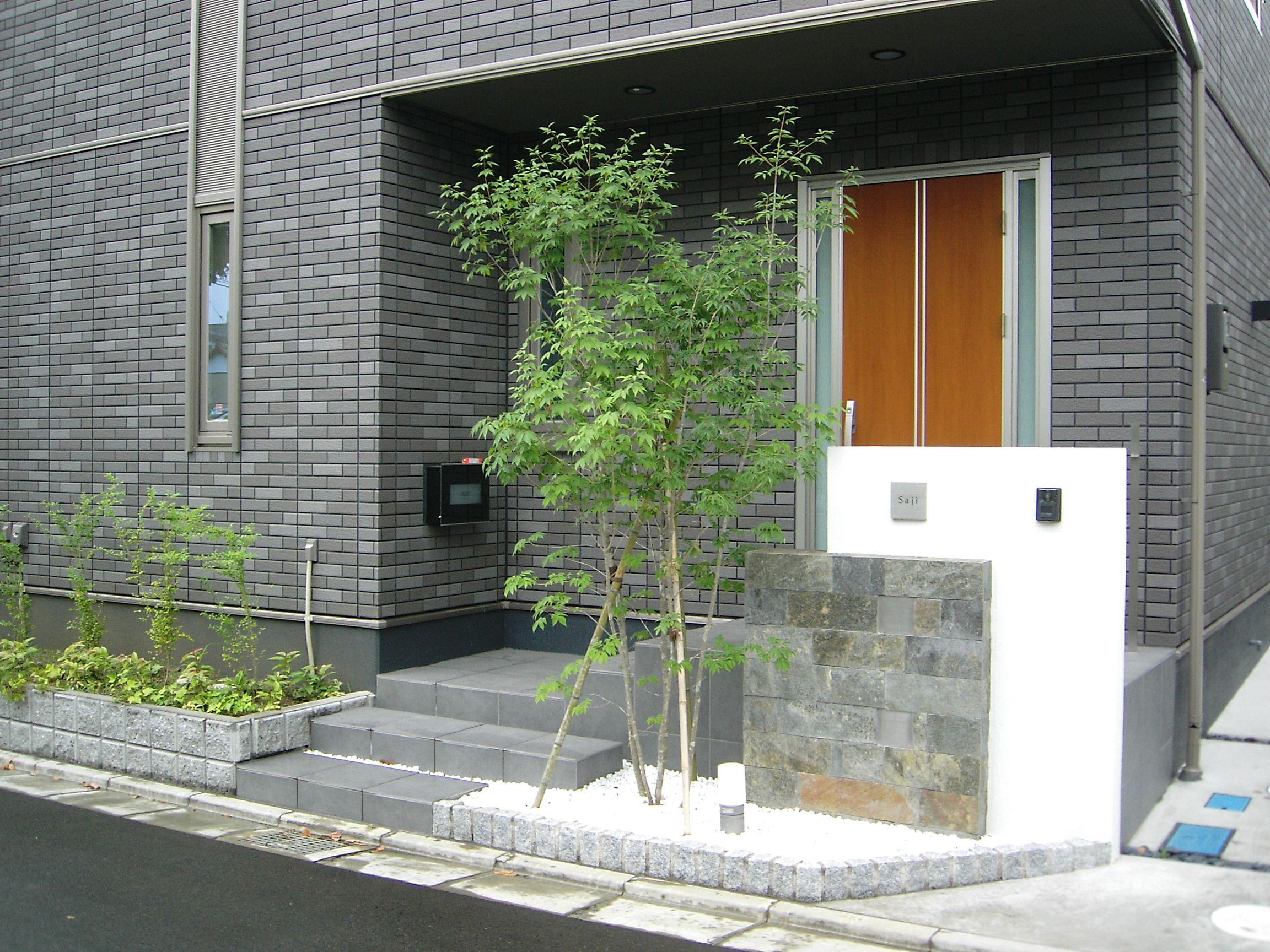 玄関前にシンボルツリーを植えた門まわり 樹木が玄関周りの目隠しに