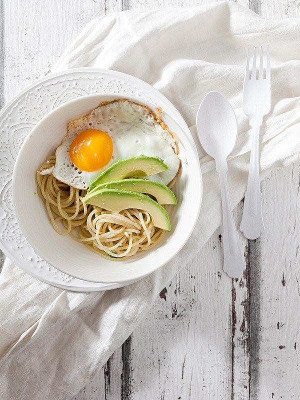 Heute wird es mal ein wenig minimalistisch mit diesem verdammt rasanten und machbaren Gericht. Spaghetti. Knolauch, Schalotten. Ingwer. Avocado. Ei. Dieses Rezept ist mein Geheimtipp.