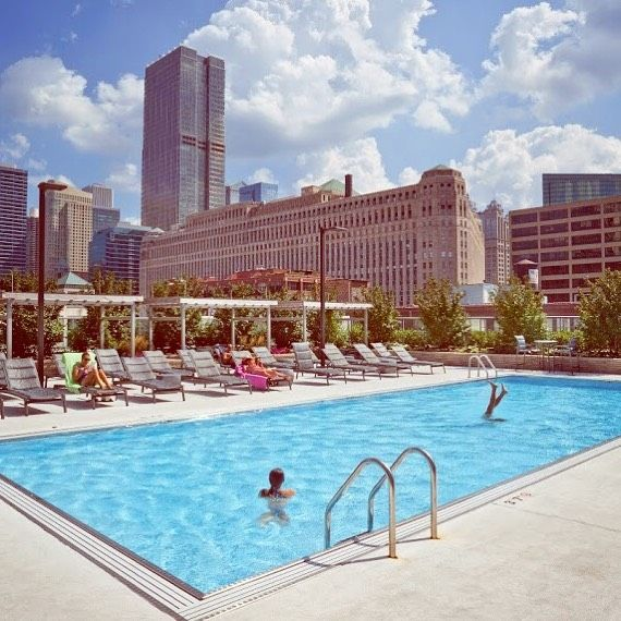 The Rooftop Pool Deck At Hubbard Place Chicago Apartments
