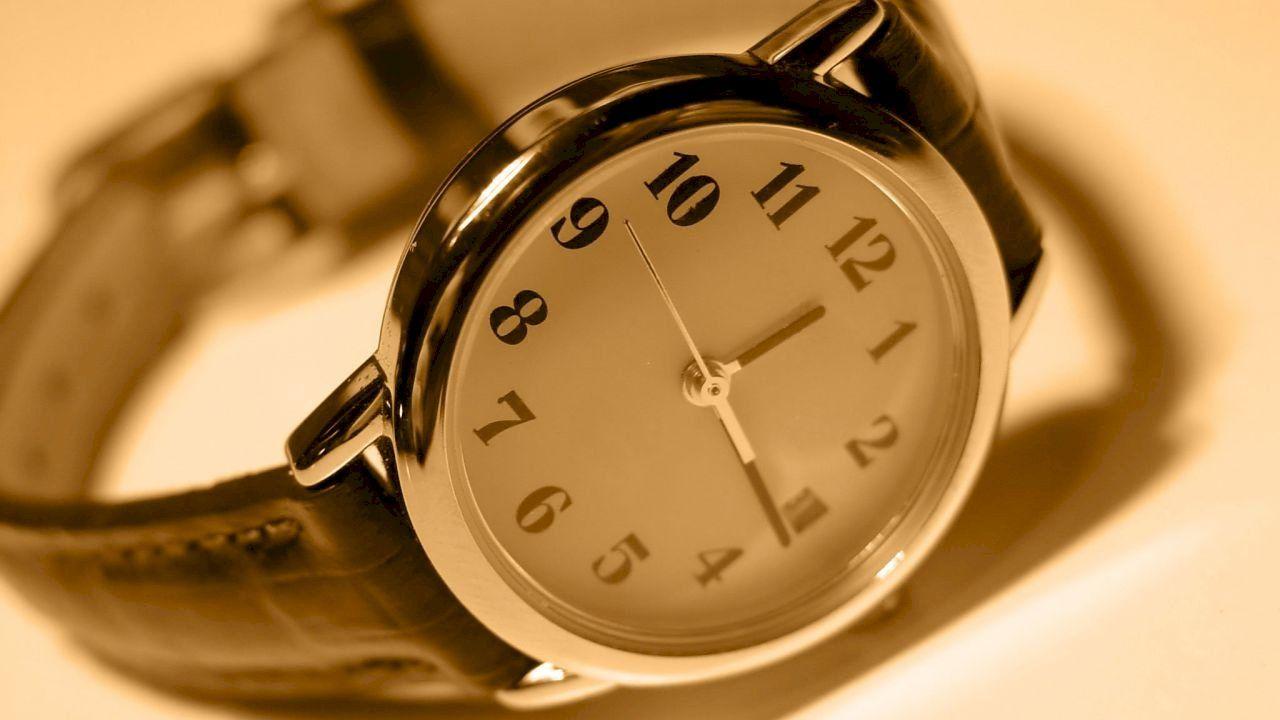 تفسير الساعة في الحلم In 2020 Alarm Clock Clock