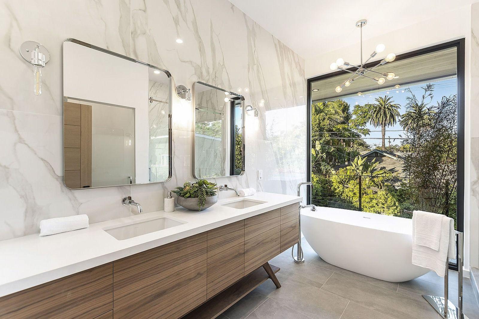 Stunning marble wall in Los Angeles modern bathroom. #ihavethisthingwithtile #happyhomedesigner #luxuryhomedesign #luxuryhomedecor #luxuryrealestate #customhome #homedesigner #homedesigners #designerhomes #luxurylifestyle #hardscapebrotherhood #bathroomtile