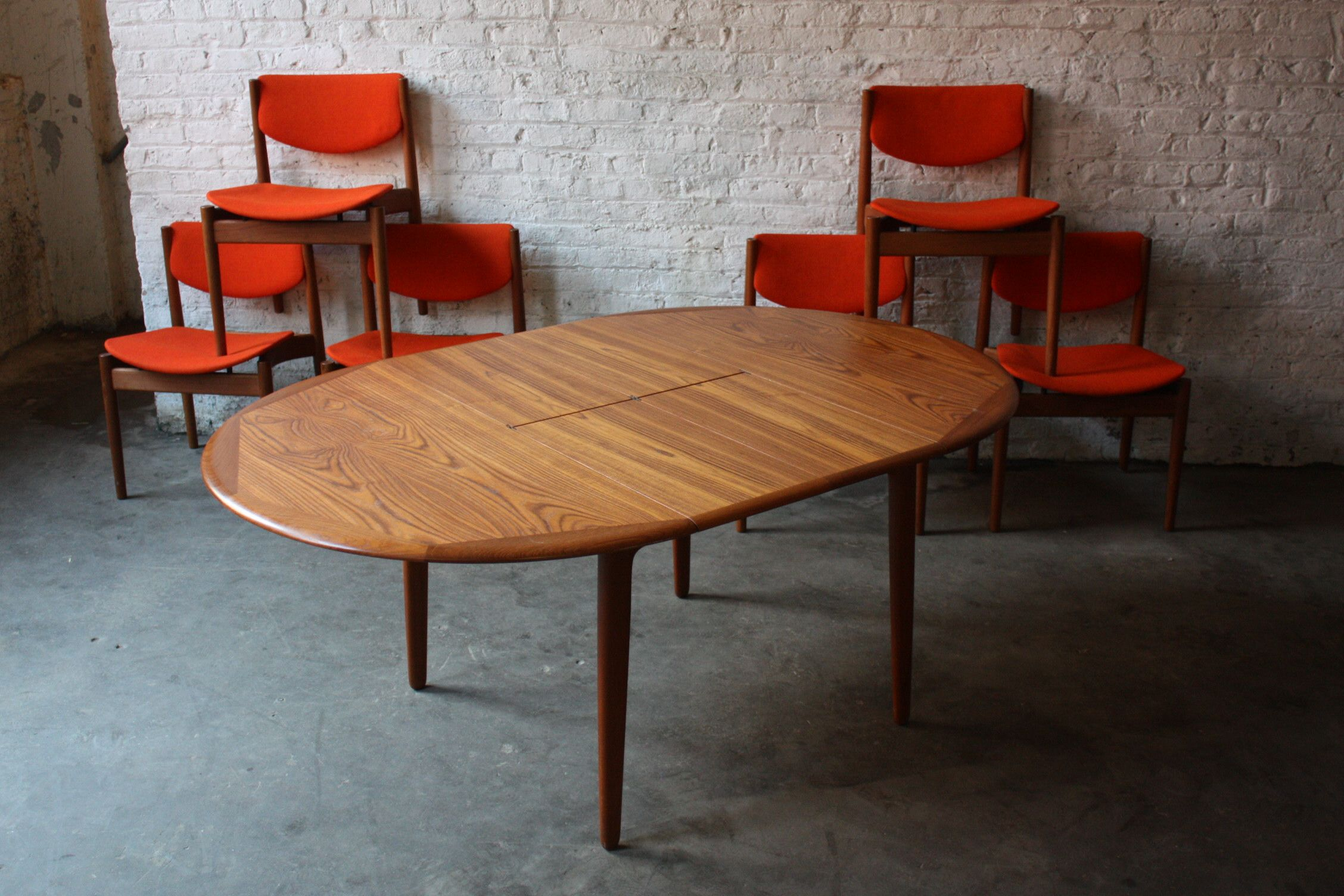 Incredible Dining Table Idea with Round Shaped Idea and Wooden Frame