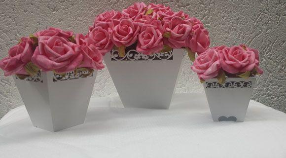 Seja Bem Vindo ao nosso site no Elo7.  Nossas decorações são feitas com muito amor, para dar um toque especial em cada cantinho do quarto do neném, para marcar com muita delicadeza cada detalhe.    Este kit é composto por:  - 1 vaso P, que mede 6 x 7  - 1 vaso M, que mede 8 x 9,5  - 1 vaso G, que mede 10 x 14    Temos diversos modelos, bicicletas, vasos, baldes, regadores, bonecas, diversos modelos, e a cor das flores pode ser alterada também.  E estamos sempre a disposição para tirar ...