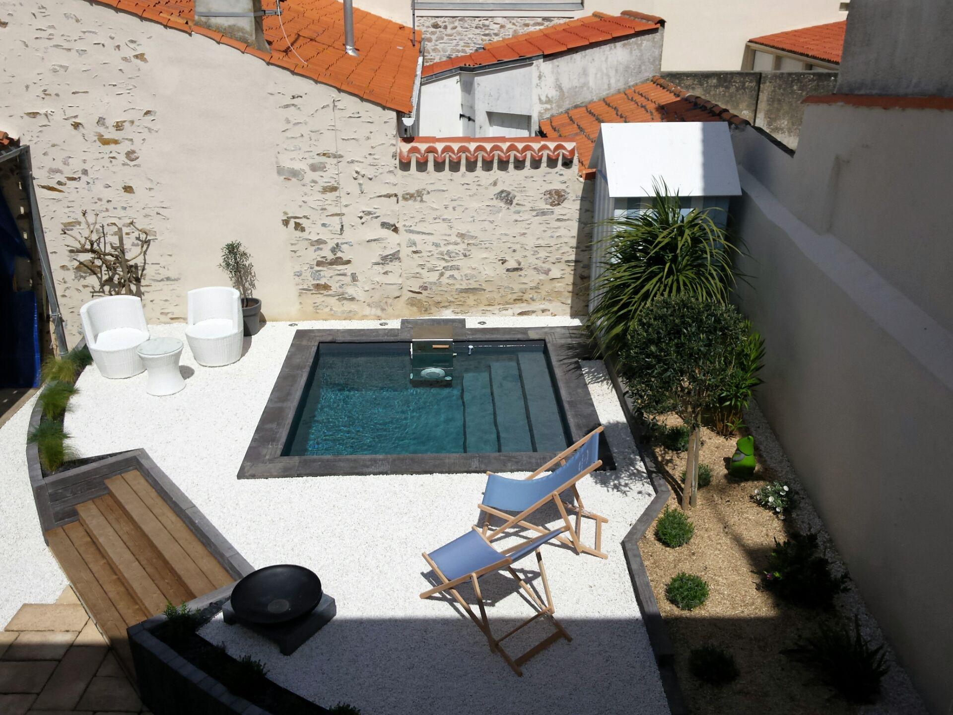Une mini piscine piscinelle situ e en france dans les for Piscine les sables d olonne