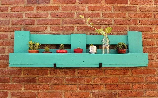 Estante hecho con pallets huertas y plantas home for Sillones de madera reciclada
