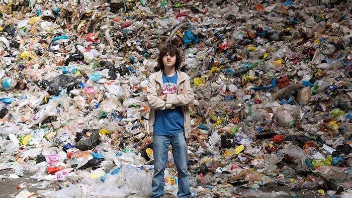 Han är 20 år och har uppfunnit en metod som rensar haven på plast. Nu testas projektet i Japan.