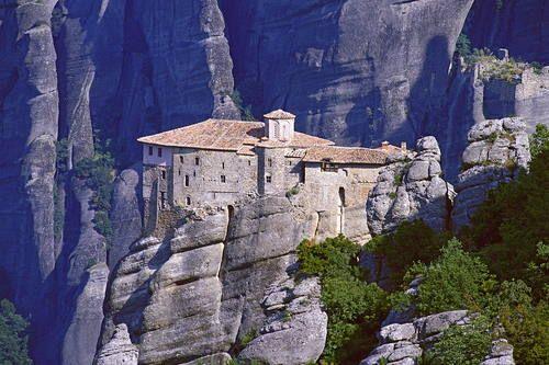 ميتيورا باليونانية Metewra معناها الصخور المعلقة في الهواء أو