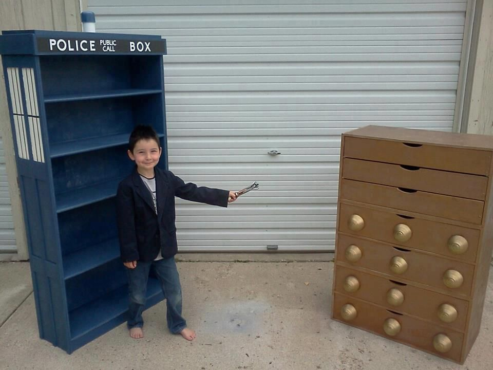[DOCTOR WHO] Bedroom set - a TARDIS bookcase, and a Dalek chest of draws