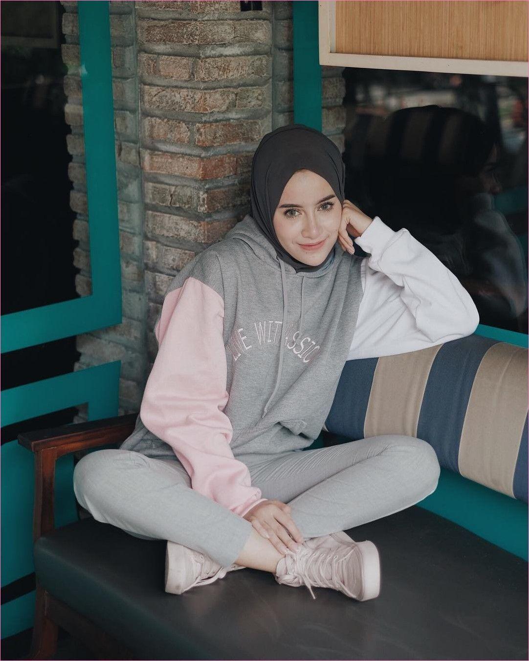 Outfit Baju Hijab Casual Untuk Olahraga Ala Selebgram 2018 Sneakers Kets Sepatu Olahraga Turban Jaket Hoodi Sports Clothes Fashion Sport Outfits Hoodie Fashion