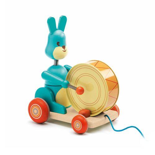 "Djeco Ξύλινη τρεχαλίτσα – τραβηχτήρι ""κουνελάκι με τύμπανο """